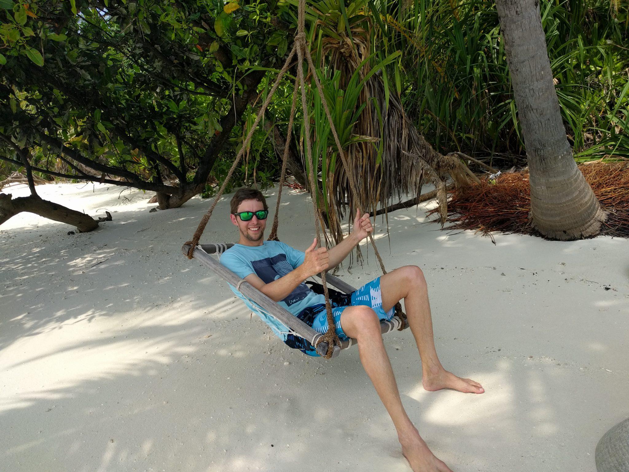 Ich entspannt auf der Schaukel direkt am Strand