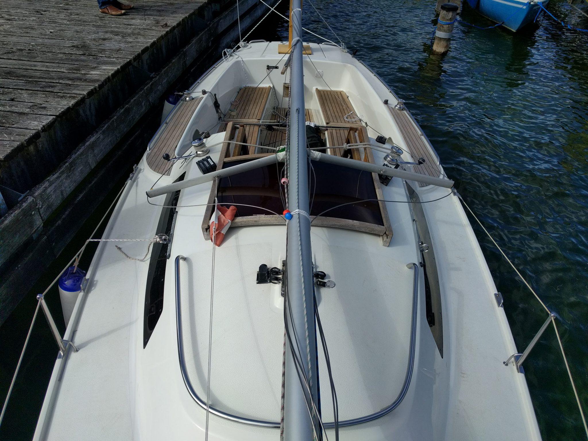 Der umgelegte Mast vorne und hinten am Segelboot befestigt