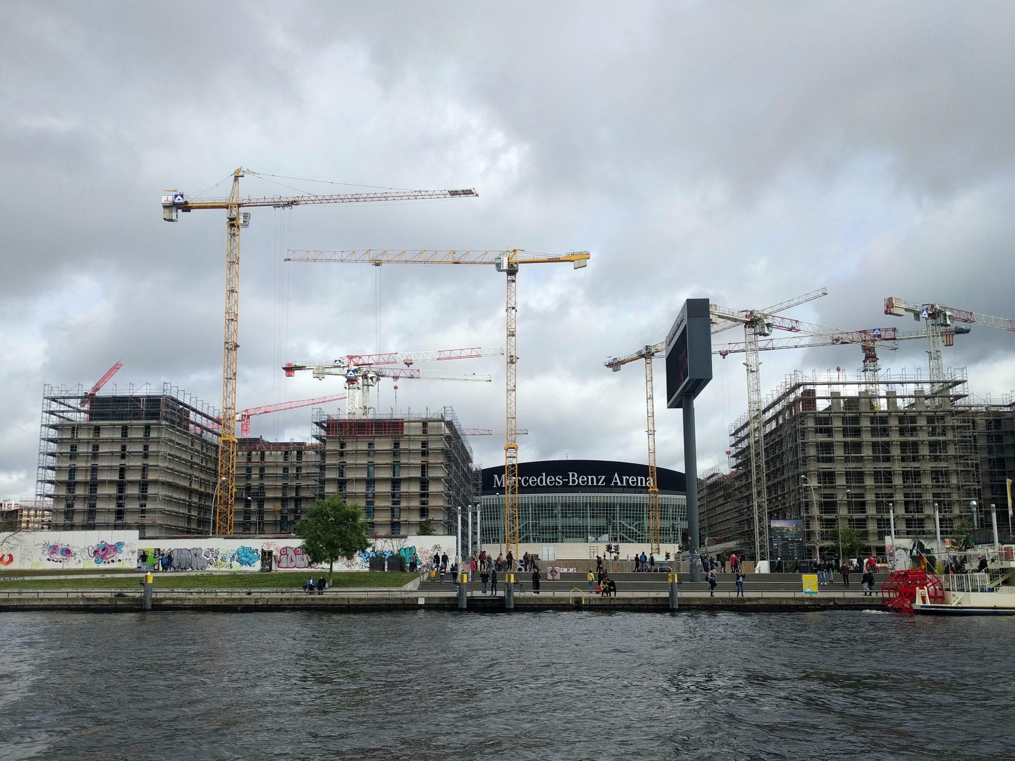 Bauboom entlang der Spree - im Hintergrund die Mercedes-Benz Arena