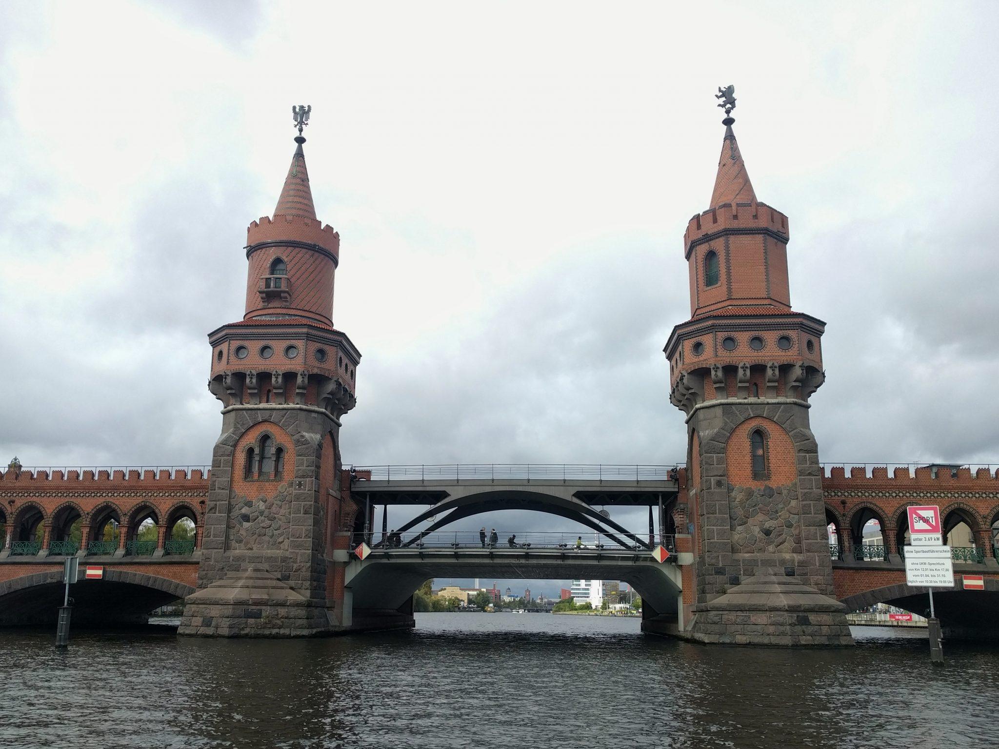 Oberbaumbrücke - massive siebenbogige Straßenbrücke mit Hochbahnviadukt