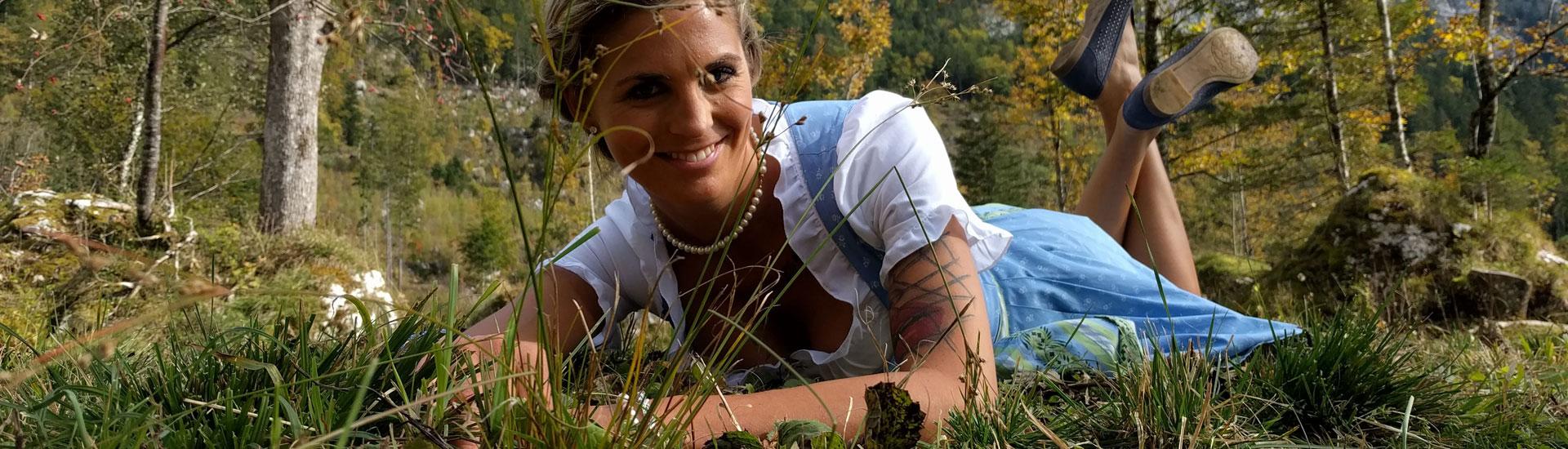 Model Lisa posiert im Gras